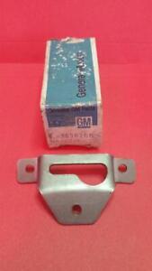 1963-1967 C2 CORVETTE HARDTOP REAR BOLT KEY HOLE BRACKET RH NOS GM 3826266 *NEW*