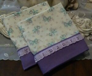 COUNTRY COTTAGE SET OF 2 TINY VINES OF PURPLE FLOWERS, BOWS & LACE PILLOWCASES