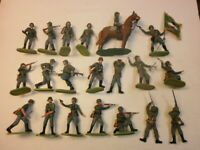 Konvolut 20 alte Elastolin Kunststoff Soldaten zu 7.5cm Wehrmacht kämpfend