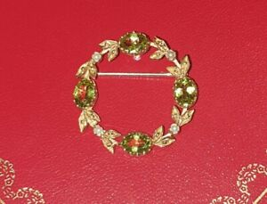 STUNNING VINTAGE 9ct YELLOW GOLD PERIDOT AND SEED PEARL WREATH BROOCH (4.2g)