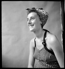 Jeune femme en maillot de bain - Ancien négatif photo an. 1940