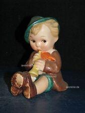 +# A000767_13 Goebel Archivmuster, KF 25, sitz. Junge als Brezelhalter, TMK1+2