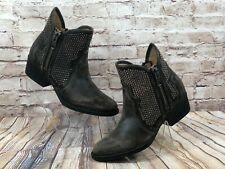 Circle G by Coral womens sz 9m studded distressed black wash ankle boots