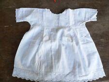 ancienne petite robe d'enfant ou poupée blanche en coton et dentelle
