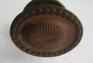 ANTIQUE FEDERAL STYLE OVAL BRASS DRAWER DOOR PULL W/ ESCUTCHEON