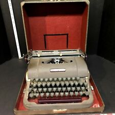 Vintage Underwood Universal Portable Typewriter in Case.
