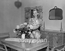 CAROLE LANDIS CANDID IN HER LIVING ROOM   8X10 PHOTO 119