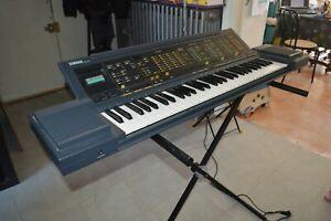 CLAVIER PIANO ELECTRONIQUE SYNTHETISEUR YAMAHA PSR-6300  FONCTIONNE + TREPIED