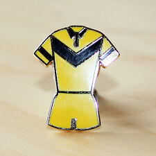 YELLOW & BLACK RUGBY LEAGUE V STYLE KIT ENAMEL BADGE - CASTLEFORD COLOURS