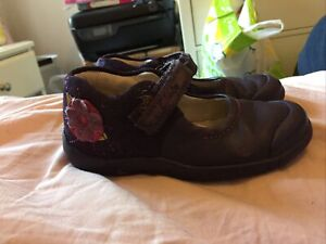Purple Mary Jane Shoe with flowers on the heel size 8G Clarks