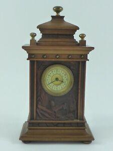 Alte Tischuhr Holzgehäuse jagdliche Reliefszene Uhrwerk mit Pfeilkreuz Marke