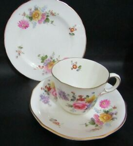 ROYAL CROWN DERBY POSIES CABINET TEA CUP, SAUCER & 13CM PLATE DATED 1947