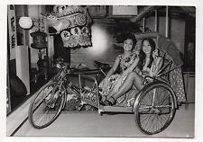 PHOTO PRESSE AFP 1971 Tricycle Singapour Exposition Chinatown à Paris Décor