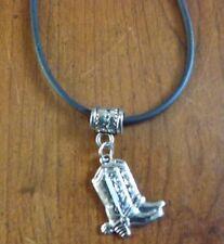 collier cordon caoutchouc noir 45,5 cm avec pendentif bottes western 20x17 mm