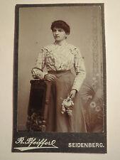 Seidenberg - stehende Frau im Rock mit Blumen in der Hand - Kulisse / CDV