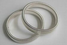 1 PAIR OF SILVER / GENTS SHIRT SLEEVE HOLDERS / METAL ARMBANDS VINTAGE STYLE