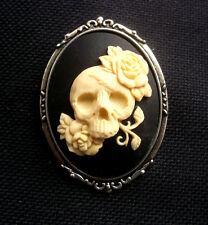 Cráneo con Rosas de Resina Camafeo Broche Gótico 60mm