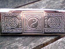 """Metal Plateado Yin Yang decorado Estaño 3.2""""x 1"""" para £ 3.50 Nuevo con etiquetas Rizla papeles"""