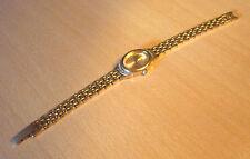 Goudkleurig dames horloge met kleine strass-steentjes van TCM