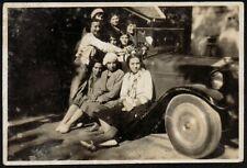YZ0048 Gruppo di donne in posa su automobile - Foto d'epoca - 1926 old photo