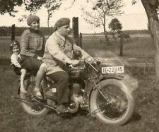 """Foto Familie auf Oldtimer Motorrad """"FN"""" aus Belgien"""