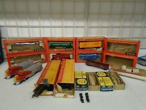 VINTAGE TYCO ELECTRIC HO SCALE TRAIN LOT LOCOMOTIVES TRACK BOX CARS PARTS