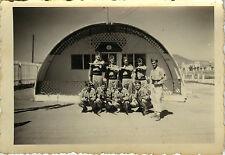 PHOTO ANCIENNE - VINTAGE SNAPSHOT - MILITAIRE POSTE DE POLICE GARDE FUSIL 1954
