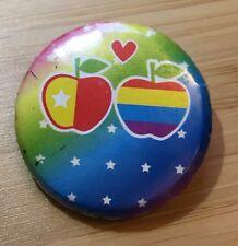 Badge rond représentant deux pommes colorées