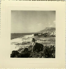 PHOTO ANCIENNE - VINTAGE SNAPSHOT - FEMME PIN UP ROCHER MAILLOT BAIN - WOMAN SEA