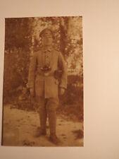 stehender Soldat in Uniform mit Fernglas - Orden Eisernes Kreuz / Foto