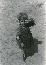 PORTUGAL c. 1938 -  Enfant Petite Fille sur le Sable - Div 11614