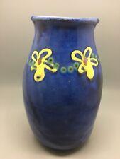 """Earthworks Barbados-Studio Jarrón de cerámica - 8"""" - esmalte azul con flores amarillas"""