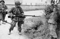 WW2 Photo Picture American Paratrooper capturing a German Prisoner on D-Day 216