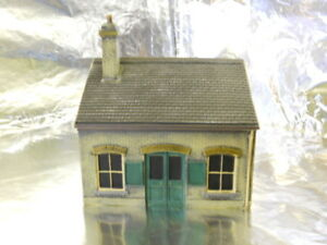 ** Scenix PKEM6111A Ticket Office Building with AD Posters London Brick 1:76