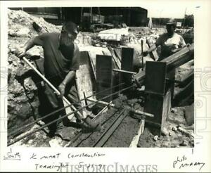 1991 Press Photo Construction Workers at Kmart in Torrington - nht03378
