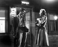 """ANTHONY PERKINS & JANET LEIGH ON THE SET OF THE FILM """"PSYCHO"""" 8X10 PHOTO (DD417)"""