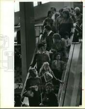 1986 Press Photo Shoppers pack an Escalator in Marshall Field's, North Star Mall