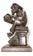 Statuette Singe regardant le crâne de Darwin