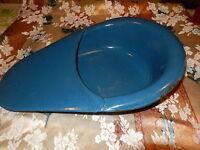ustensile hygiéne émaillé  beau bleu pour décor ou suspendre avec fleurs séches