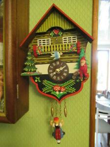 Mini pendulette style chalet coucou, en bois,à quartz.