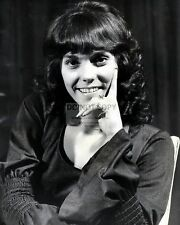 KAREN CARPENTER IN 1972 - 8X10 PUBLICITY PHOTO (BB-796)