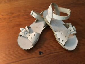 Preowned Girls Saltwater Sandals white leather with hearts Size 10