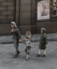Royal Model 1/35 Mother Walking with her Children Holding Hand (3 Figures) 636