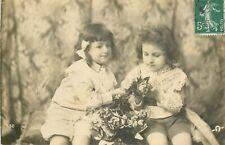 CARTE PHOTO 2 ENFANTS AVEC BOUQUET DE FLEURS