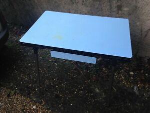 vintage table formica bleu ciel avec 2 allonges et tiroir