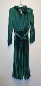 NEW COLLECTION PLEATED LONG DRESS WITH BELT, BOTTLE GREEN, SIZE S , NEW ## (BR)