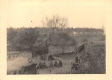 Orig. Foto Vormarsch Soldaten 2.Komp. Inf. Regt. 304. in Gehöft Hütte Polen 1939