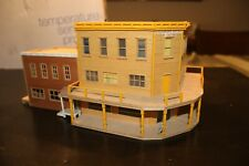 HO scale 3 story western corner building/casino with figures