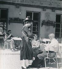 PERTISAU c. 1960 - Tyrolienne servant du Schnaps Tyrol  Autriche - Div 5821