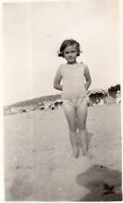 DP551 Photographie Photo Vintage Snapshot Fillette Little girl Plage Beach